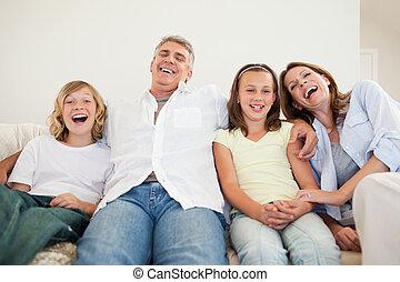 sofa, śmiech, rodzina, posiedzenie