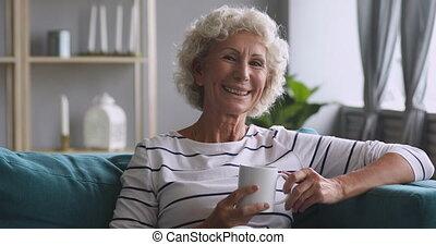 sofa., babcia, starszy, spoczynek, szczęśliwy, wygodny