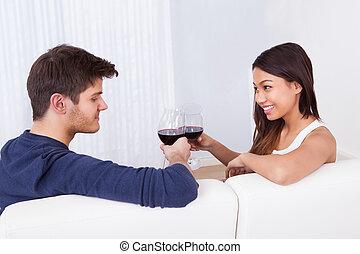 sofa, couple, grillage, verres vin, aimer