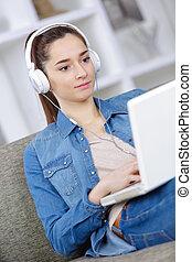 sofa, draagbare computer, muziek, meisje, het luisteren