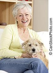 sofa, femme aînée, chien, tenue