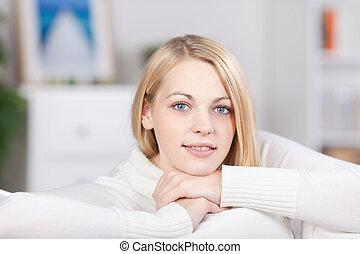 sofa, femme souriante, jeune