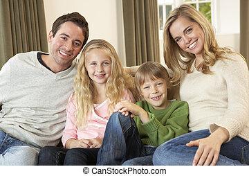 sofa, heureux, jeune famille, séance