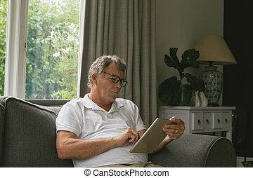 sofa, homme, salle, numérique, personne agee, utilisation, séance, vivant, actif, maison, confortable, tablette