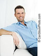 sofa, homme souriant, portrait