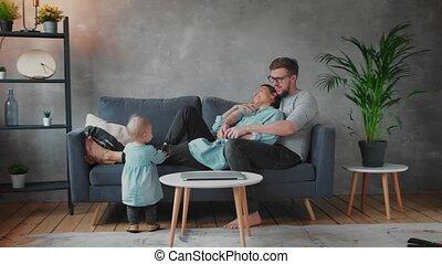 sofa., jouer, famille, ensemble, maison, family., comfort., jeune, heureux
