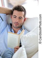 sofa, książka, młody mężczyzna, czytanie