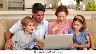 sofa, laptop, używając, rodzina, posiedzenie