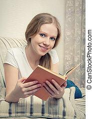 sofa, livre, jolie fille, lecture, mensonge