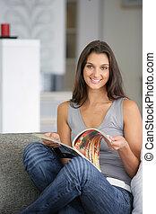 sofa, magazine, lecture femme