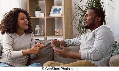 sofa, maison, conversation, couple heureux, séance