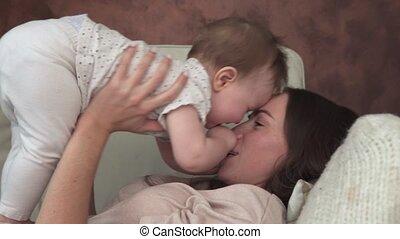 sofa, moeder, baby, kussende , het glimlachen, schattige, het liggen, vrolijke