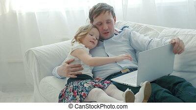 sofa, ordinateur portable, fille, utilisation, père