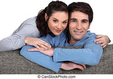 Paar kuscheln couch liebe erwachsene couch junger for Sofa kuscheln