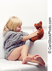 sofa, petite fille, ours