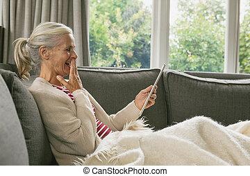 sofa, salle, femme, numérique, délassant, personne agee, utilisation, vivant, actif, maison, confortable, tablette