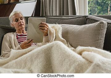sofa, salle, femme, numérique, délassant, utilisation, vivant, aîné actif, tablette