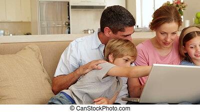 sofa, szczęśliwa rodzina, posiedzenie