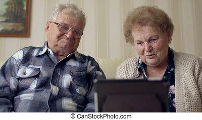 sofa, tablet., couple, gai, vidéo, tab., bavarder, numérique, utilisation, personne agee, électronique, avoir