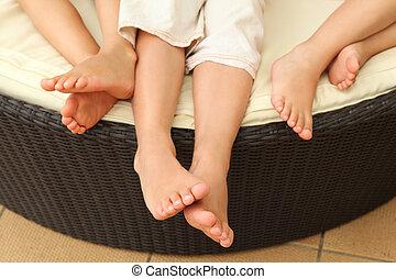 sofa, trois, pieds nus, cercle, jambes, enfants, mensonge