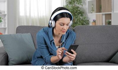 sofa, vrouw, muziek, verbaasd, het luisteren