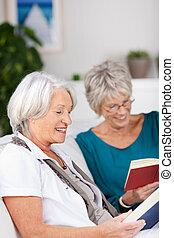 soffa, bok, kvinnlig, senior, läsning, vänner