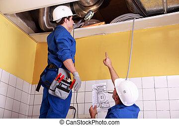 soffitto, controllo, due, tecnici, aria condizionata