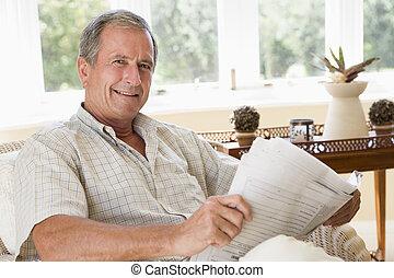 soggiorno, giornale, sorridente, lettura, uomo