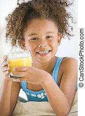 soggiorno, giovane, succo, bere, arancia, ragazza sorridente