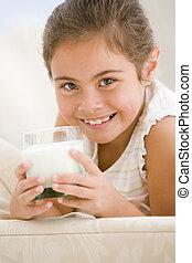 soggiorno, ragazza, giovane, bere, sorridente, latte