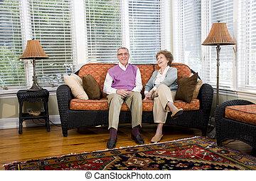 soggiorno, seduta, coppia, divano, anziano, felice