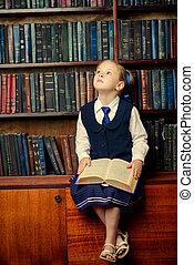 sognante, ragazza, in, uno, biblioteca