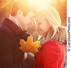 soir, amour, lumière, couple, ensoleillé, jeune, automne, chaud, coucher soleil, dehors, portrait, feuille, sourire, érable, heureux
