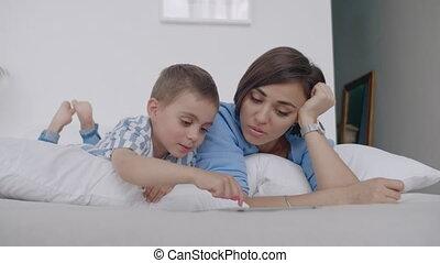 soir, tablette, famille, evening., enfant, bed., fils, mère,...