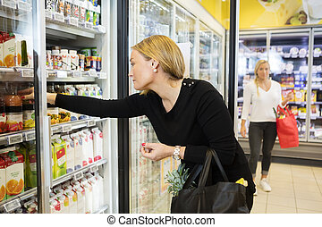 soki, sklep spożywczy, kobieta, zaopatrywać, wybierając