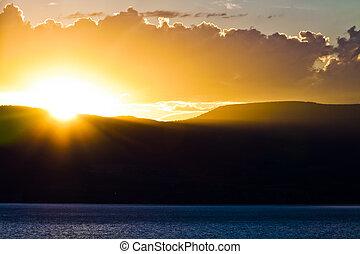 sol, armando, atrás de, montanhas