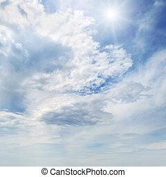 sol, en, cielo azul, con, nubes blancas