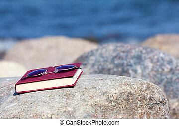 sol, escuro, mentiras, tingido, livro, fechado, rocha, praia, óculos