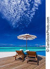 sol, guarda-chuvas, e, madeira, camas, ligado, praia tropical, com, a, melhor, vista