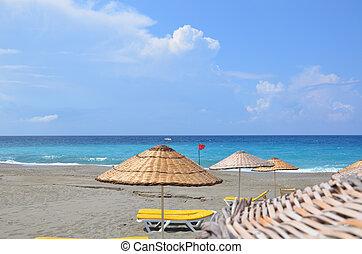 sol lättingar, och, parasoller, på, a, folktom, strand, den, begrepp, av, a, perfekt, semester, avskrift tomrum