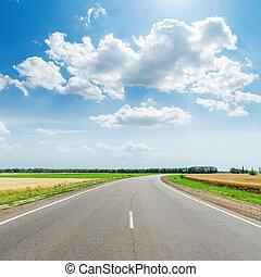 sol, nubes, camino, asfalto, debajo