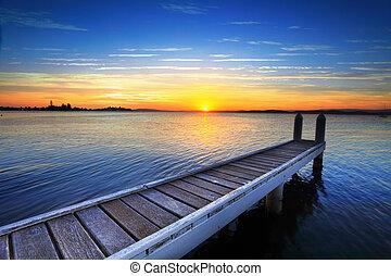 sol poniente, atrás, el, barco, embarcadero, lago, maquarie