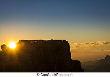 sol que brilla, entre, rocas, en, montaña, en, ocaso