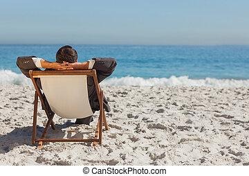 sol, seu, lounger, relaxante, homem negócios, jovem
