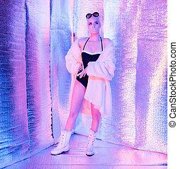 solare, futuristico, biondo, donna, il portare, cappotto pelliccia, e, sunglasses., standing, in, riflessivo, room.