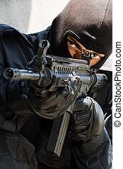 soldaat, in, zwart uniform, met, geweer
