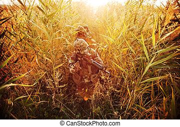 soldado, apuntar, con, rifle
