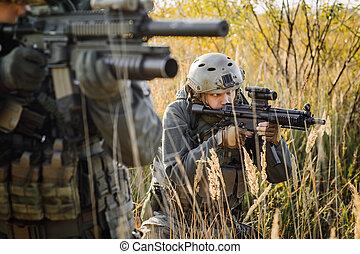 soldado, apuntar, rifle