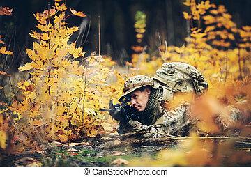 soldado, com, rifle, em, a, floresta