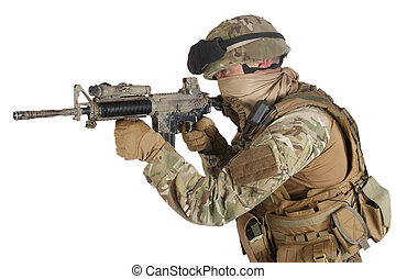 soldado, con, rifle de asalto